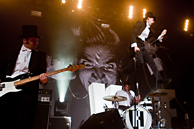 images/musicstage/hives2.jpg